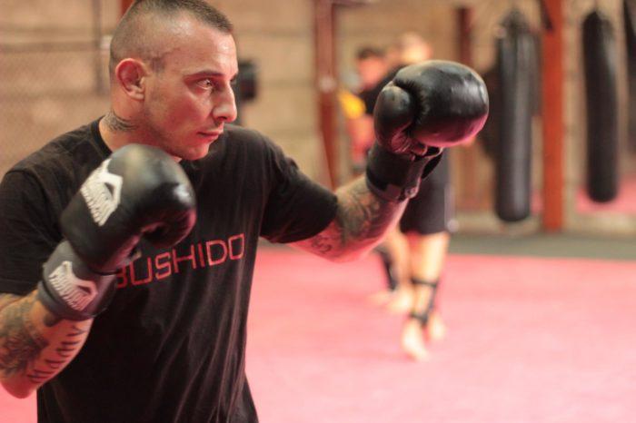 U klinču na treningu u MMA klubu Pit Bull