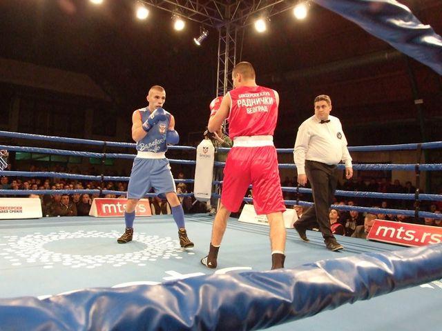 Kakav heroj, boksovao gotovo ceo meč jednom rukom!
